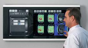 Weltpremiere in der Klinik für Neurochirurgie der TU-München: Digital Lightbox erweckt digitale Bilddaten zum Leben