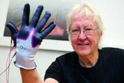 Trainingshandschuh für Schlaganfallpatienten: Passive Stimulation verbessert Tastsinn und Motorik