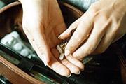 DAK-Gesundheit warnt vor Suchtgefahr bei jungen Erwachsenen:Zu viele Pillen gegen Stress im Job
